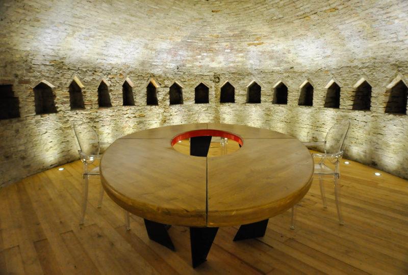 Il tavolo nella cripta